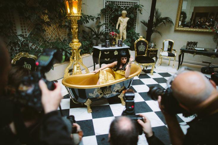 Pompöös by Casa Padrino Luxus Badewanne Deluxe freistehend von Harald Glööckler Schwarz / Gold / Gold 1695mm mit goldfarbenen Löwenfüssen Freistehende Badewannen & Badezimmer Möbel Badewannen