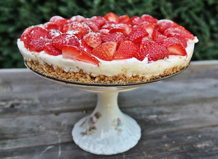 We hebben een #recept van een té lekkere #kwarktaart met #aardbei en #citroen voor je. Deze #taart moet je zeker eens proberen! #food #recipe #strawberry #cake