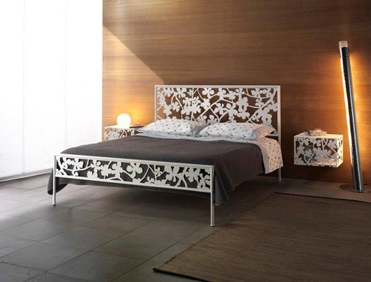 letto in ferro modellato con  laser, realizzabile in bianco confetto, blu genziana, rosso fuoco, verde irlanda e lilla