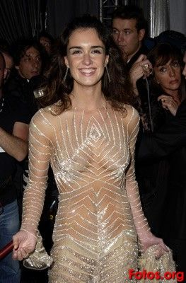 SIGNIFICADOS: Los elementos de la vestimenta configuran una sintaxis a partir de la relación que establecen entre sí y con el cuerpo; con la prenda interior se expone a la superficie mediante la transparencia.