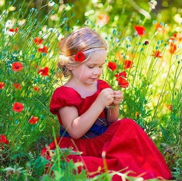 Л. Кузьминская/ Цветочные ангелы – ангелы света, Приходят к нам утром с лучами рассвета, Садятся на астры, тюльпаны, пионы, Любовью своей раскрывая бутоны, На них рассыпают кристаллики рос, Сверкают они в лепестках нежных роз. И радугу сыплют на клумбы, дорожки, И лучики солнца как золота крошки. Из маленьких ярких стеклянных флаконов Льют запахи легкие в недра бутонов, И спрятавшись в кущах раскрывшихся роз, Они из парчовых мешочков стрекоз И бабочек в сад и на луг выпускают...