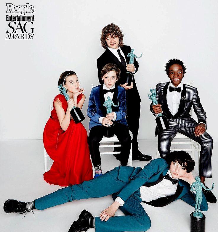 Millie Bobby Brown, Noah Schnapp, Gaten Matarazzo, Finn Wolfhard & Caleb McLaughlin pose with their SAG awards for Best Ensemble for a Drama Series