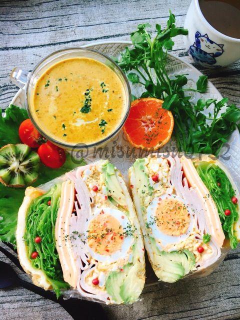 油揚げをチーズで焼いてパン代わりに使います。カレー粉とガーリックを加えた卵サラダとゆで卵、チェダーチーズとハムを挟んだわんぱくサンド。一緒に写したスープは先日の菊芋と生クリームのイエローカレースープの残りです。〈材料〉1人分油揚げ(長方形) 1枚シュレッドチーズ 30~40g*卵サラダ*卵 4個☆塩 小1/8☆マヨネーズ 大2~3☆あらびきガーリック 小1/4(orガーリックパウダーや生のにんにくすりおろし)☆自家製カレー粉 小1/4(or市販品のカレー粉)*その他*卵 1個アボカド 1/2コチェダーチーズ 2枚フリルレタス 4~5枚ハム 7枚ミディトマト(橙) 3~4個*チェダーチーズはチェ…