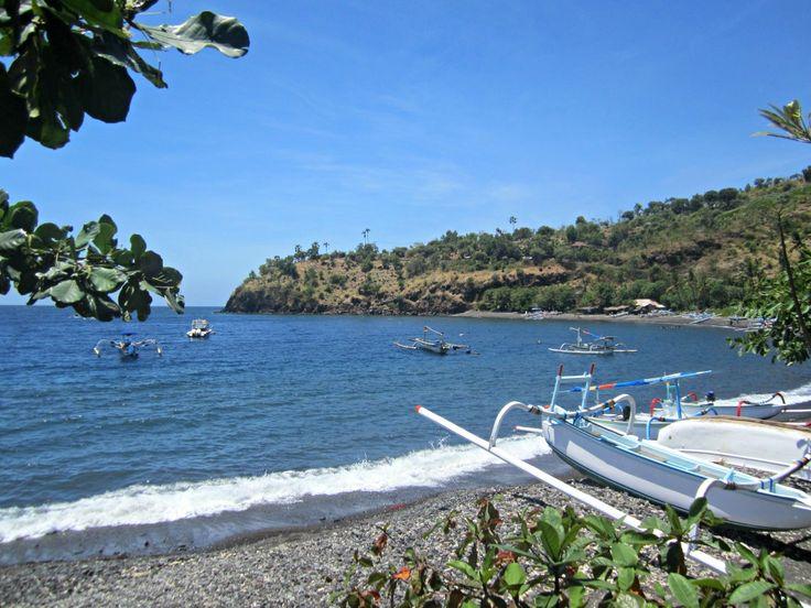 Plage de Jemeluk vers Amed blog voyage Trace ta Route www.trace-ta-route.com http://www.trace-ta-route.com/escapade-bali/ #tracetaroute #jemeluk #bali #indonesie #plage #bateaux #beach