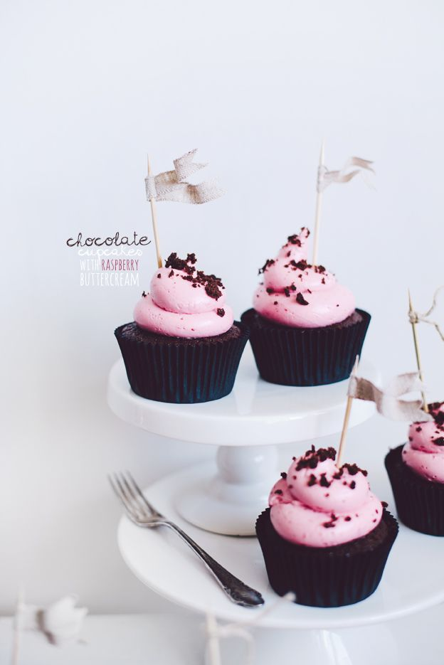 Chocolate cupcakes with Raspberry Buttercream / Chokladcupcakes med hallonfrosting | Linda Lomelino