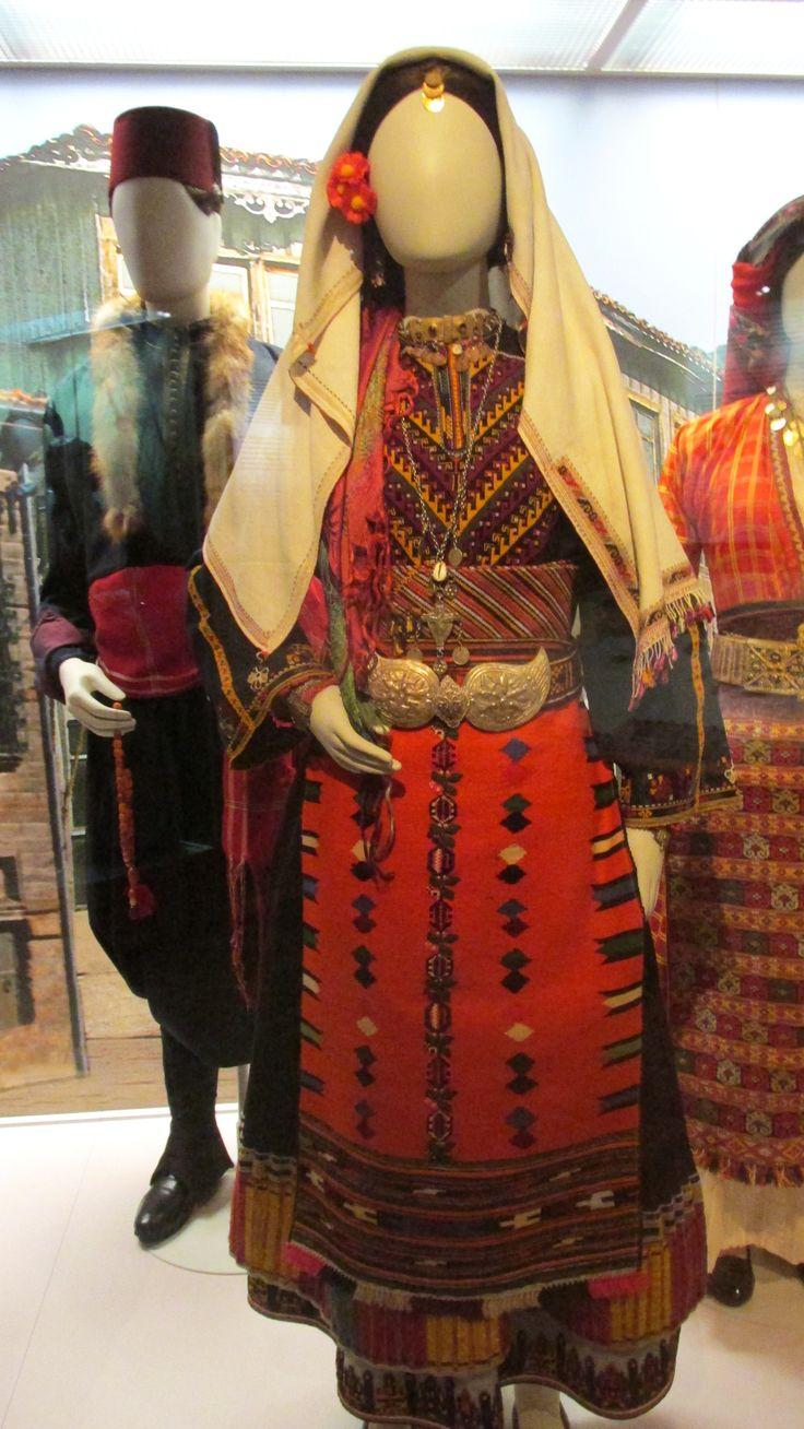 Παραδοσιακή φορεσιά αρραβωνιασμένης από το Καβακλί της Ανατολικής Ρωμυλίας/(Λαογραφικό και Εθνολογικό Μουσείο Μακεδονίας - Θράκης)