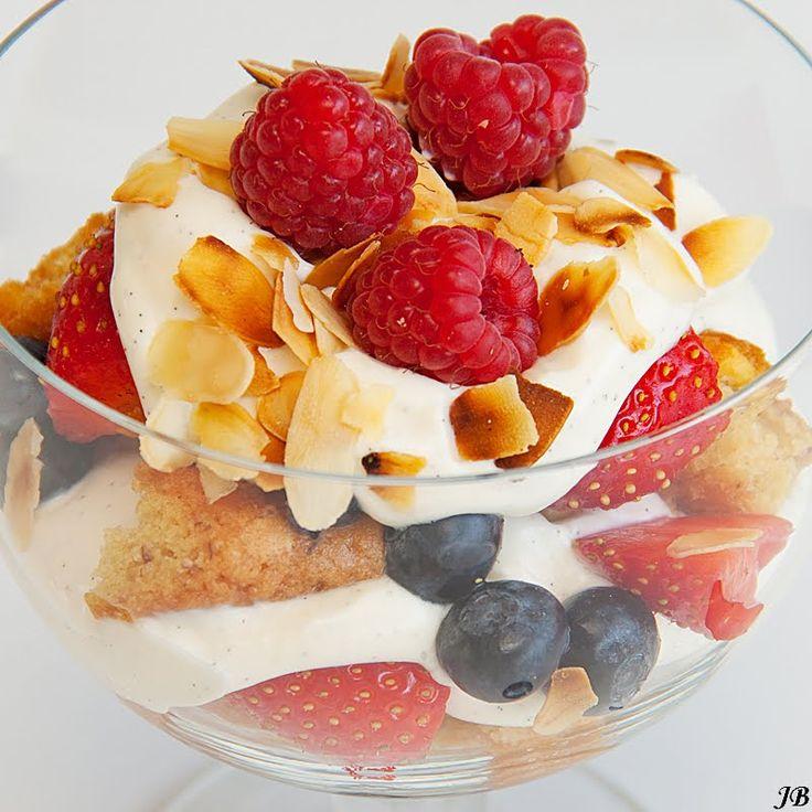 Ingrediënten:  - 250 g mascarpone - 170 g Griekse yoghurt - 1 el suiker - 1 vanillestokje - 250 g gemengd fruit, zoals aardbeien, blauwe bes...