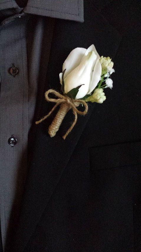 ¡Este boutonniere con rosa blanca mezclada con flores salvajes lucirá perfecta en tu boda rústica!