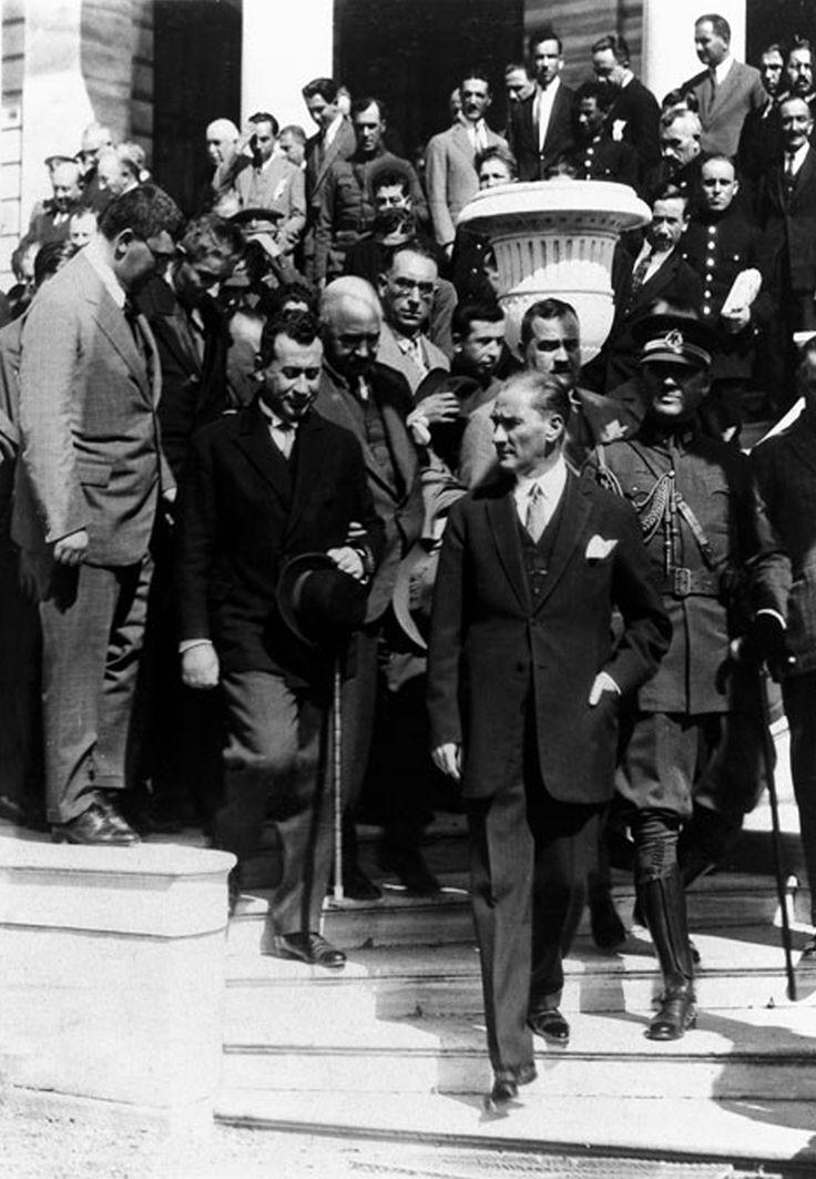 Atatürk İstanbul'da (Dolmabahçe) (1927)