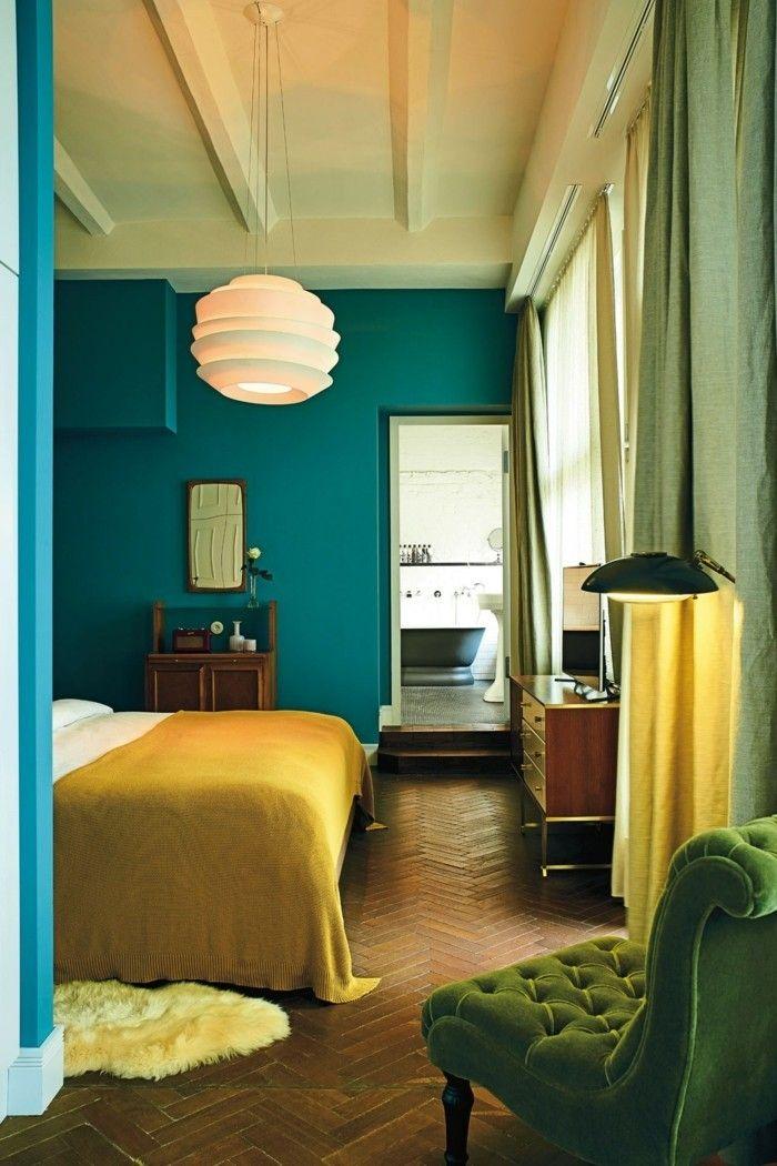 Wandfarbe Petrol Schlafzimmer Gelbe Bettdecke Grüner Sessel