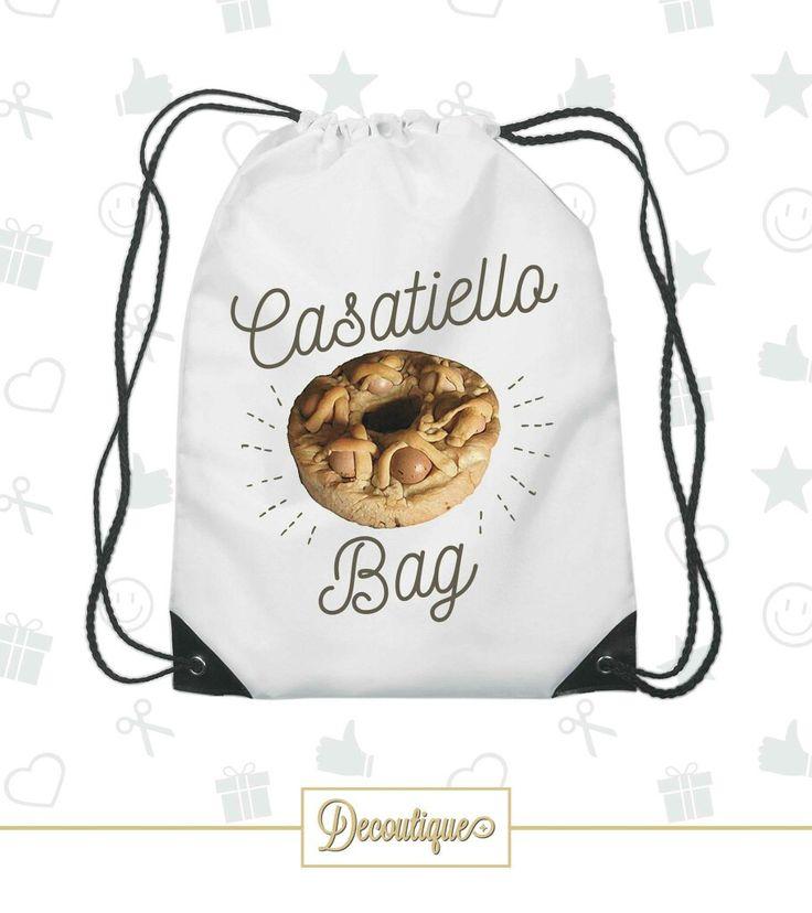 SACCA PORTAOGGETTI   #casatiello #pasqua #easter #capretto #pasquetta #accessori #napoli #italia #chef #cibo #cucina #uova #delizie #bag #borsa #mangiare #picnic #bivacco #sole #love Codice: SCC033 Prezzo: 7,00 € Spedizione in Italia: 6,00 € Per prenotare la tua Sacca contattaci in privato o all'indirizzo email info@decoutique.it Personalizza la tua Sacca con lo stile più adatto a te. Affidati a noi per la tua proposta grafica!