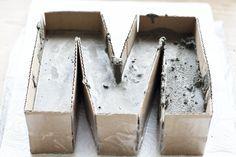 Buchstaben aus Beton - DIY-Anleitung für Buchstaben aus Beton / Zement. Zutaten: Pappe, Blitzzement, Vogelsand, Klebeband, Farbe, Papier + Drucker