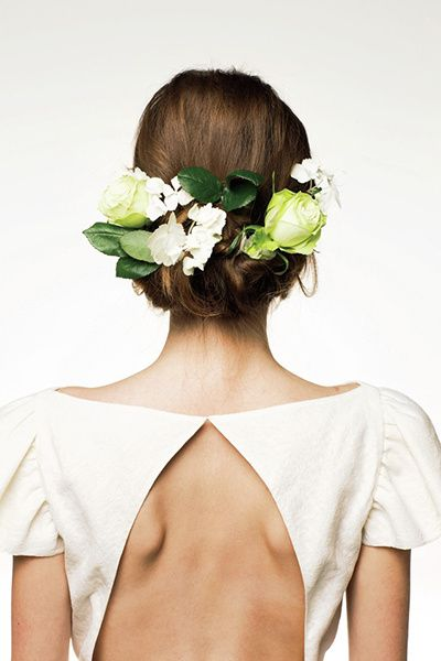 フォルムのはっきりとした、みずみずしい白×グリーンの生花。ロールアップした上部に埋め込むようにつけて。  ■お問い合わせ先 ス・ジュール・ラ...