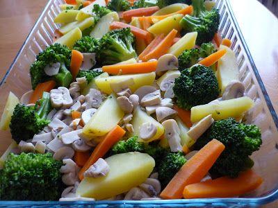 Fırında Sebze... 500 gr brokoli. 2-3 orta boy havuç. 4-5 orta boy patates. 500 gr kültür mantarı.  Sos malzemesi : bir kutu 200gr çiğ krema. 1 corba kaşığı un. 1 çay bardağı süt. tuz. karabiber. pulbiber. muskat.  Üzeri için : Kaşar peyniri.