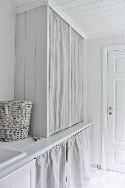 Use curtains under the wood counter in the bathroom. Idée pour cacher le ballon d'eau chaude dans la SdB