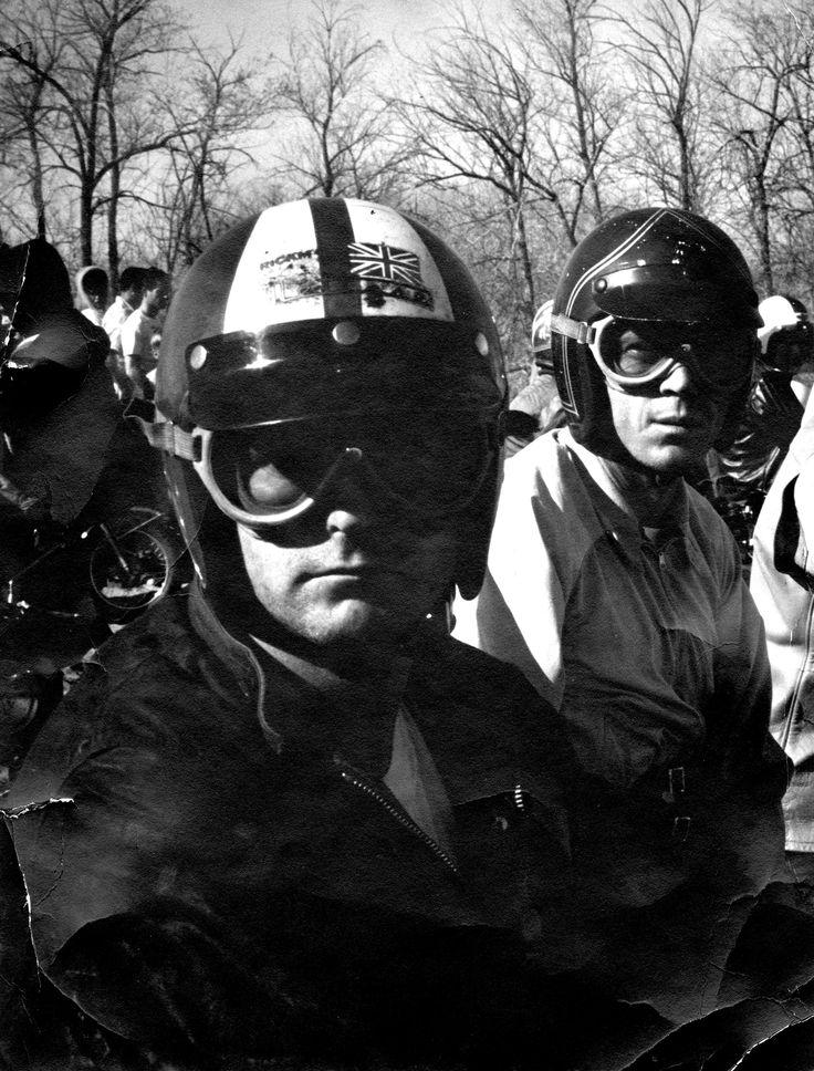 Bud Ekins et Steve MC Queen tôt le matin au début d'un enduro de moto en Californie. Steve porte un G9 Harrington Baracuta très inhabituel pour une course de moto! Bud est vêtue d'une cire de coton Barbour. Tous les deux ont sur les casques de Bell Jet RT, Bud avec son '63 schéma de couleurs ISDT. Le port du casque de Steve Sa bonne chance préférée, rayé par le shophand Bud Von Dutch. Johnson Motors Inc. - Nouvelles
