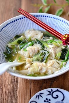 ワンタンと春雨の食べる生姜スープ  by 鈴木美鈴 / さっぱりとした、ワンタン入りのラーメンのスープの味わい。素材それぞれのうま味が染み出て大満足の食べる野菜パワースープです / Nadia