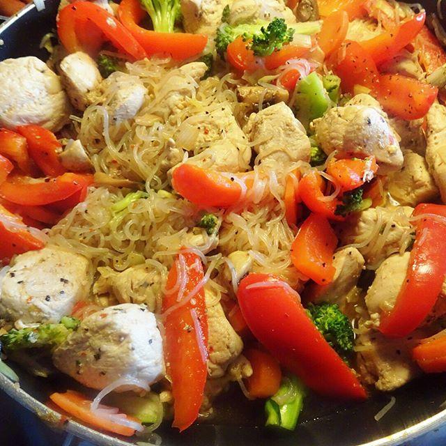 Gjorde ännu mer wok-lådor idag så att de finns ett tag, det var så extremt gott! Recept: 5 kyckling filéer, 3 påsar Shirataki nudlar. broccoli, morötter, bambuskott, purjolök, champinjoner, chili flakes, salt & peppar. Och japansk soja! 1. Skär kycklingen i mindre bitar och lägg i en bunke med pressad vitlök. 2. Skölj av nudlarna i ett durkslag. 3. Skiva morötterna, finhacka purjolöken, gör små broccolibuketter, hacka champ...