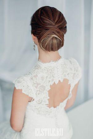 гладкий низкий пучок с элементами жгутов, классический свадебный образ фото
