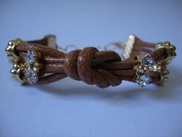 Pulseira de couro com nó, strass e detalhes dourados