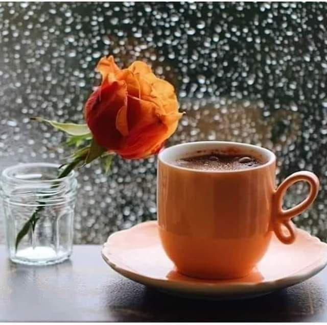 ابتسموا ولا تحملوا الصباح وزر أوجاع الأمس فالصباح بداية ولتكن البدايات دائما أجمل كل صباح أخبروا قلوبك In 2020 Spiced Coffee Good Morning Coffee Rain And Coffee