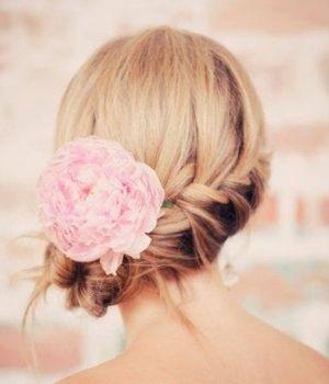 acconciatura raccolta con fiore