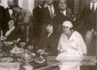 Osmanlı Hanedan Fotoğrafları Vahideddin -Ulviye Sultan ile Kocası İsmail Hakkı Bey Göksu Kasrı bahçesinde eğleniyorlar (1920)