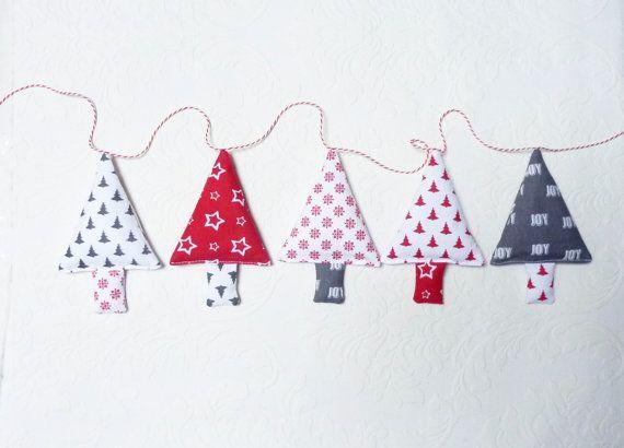 Ghirlanda di Natale di tessuto rosso grigio e bianco.  Si tratta di una stamina di Natale con 5 alberi di Natale. Dimensione di ogni albero di Natale è 5 1/2 (14,5 cm) lungo e largo 3,5 pollici (9 cm).  La lunghezza totale della stringa del gagliardetto di alberi di Natale è 59 pollici (150 cm).  È anche un greath calza stuffer!  ❀❀❀❀❀❀❀❀❀❀❀❀❀❀❀❀❀❀ Inserire qui il mio negozio per altre decorazioni di Natale: https://www.etsy.com/shop/FromJeanne?section_id=17543360&ref=shopsection_leftnav_2…