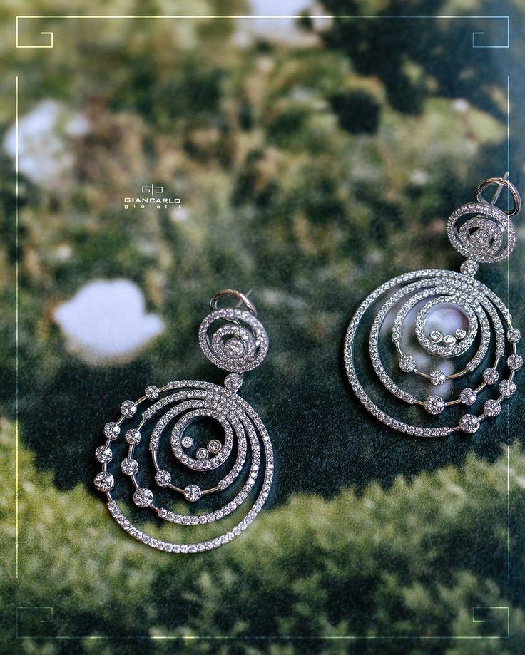 Модные бриллиантовые серьги выполненные из белого золота- желанный подарок для любой представительницы прекрасного пола! Такие серьги это ювелирная классика которая идеально дополняет роскошные вечерние наряды лаконичные коктельные платья изысканные деловые костюмы и броский гардероб гламурный модниц.  #jewellery #giancarlogioielli #ring #bracelet #pendant #necklace #earrings #beauty #vscogood #vscobaku #vscocam #vscobaku #vscoazerbaijan #instadaily #bakupeople #bakulife #instabaku #instaaz…