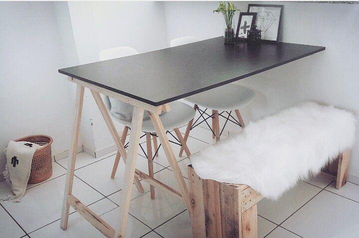 Mesa cavalete com banco e  cadeiras eames