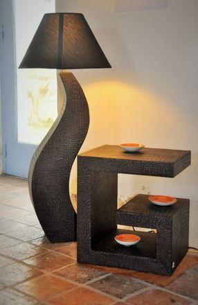 Grosse lampe de salon réalisé en carton, prête à fonctionner livrée avec l'abat jour. Recouverte de papier imitation croco dans les tons noirs et bronze ou cuivré Elle mesu - 7052995