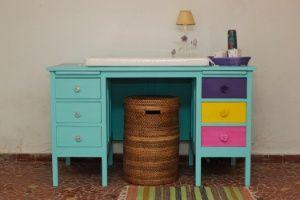 Transforme uma escrivaninha antiga em uma cômoda para o quarto do bebê