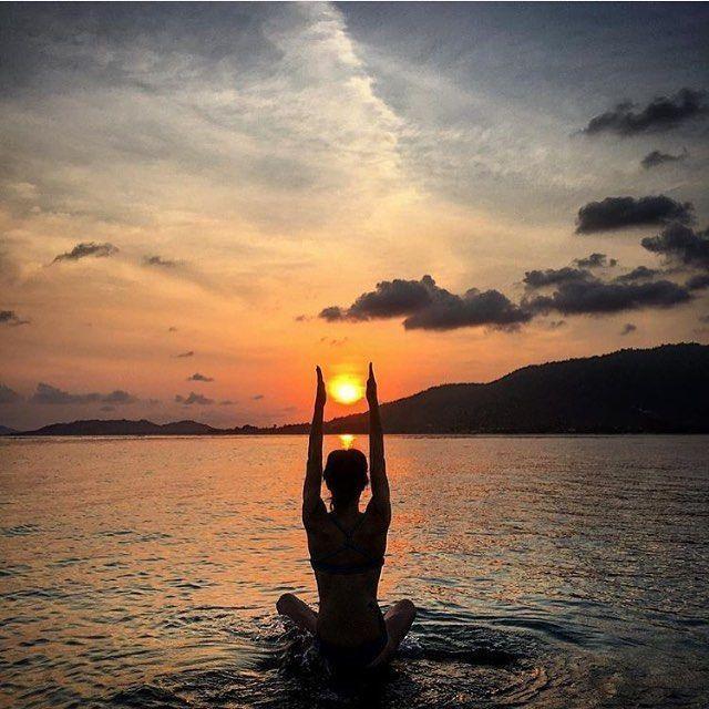 Ähhh! Das sieht entspannend aus. Schöne Yogahaltung, während die Sonne unterg… – lois