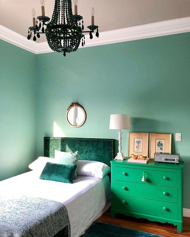 Dormitorio Con Las Paredes Pintadas En Verde Menta Cabecero Tapizado En Terciopelo Verde Pino Dormitorio Verde Menta Dormitorio Verde Colores Para Dormitorio