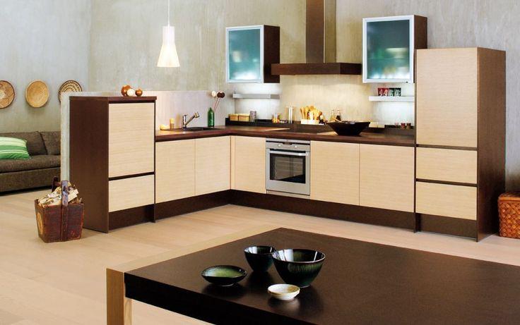 KÖKET SOM VARDAGSRUM    En flytande gräns mellan kök och vardagsrum ger en större känsla av rymd. Det lugna helhetsintrycket är en kombination av integrerade vitvaror och köksmöbler i nyanser som smälter sömlöst in med hemmets inredning. De ljusa hörnluckorna är tillverkade i horisontellt fanerad ek, och bänkskivan i valnötsfärgat laminat.    Produkterna på bilden:    LUCKOR: TP47V Vågrät mönster ekfanér, LjusEk / TAL20 Aluminiumram, Etsat glas  BÄNKSKIVOR: TKM40 Laminat, WoodmixWenge