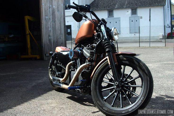 """Joey souhaitait nous présenter sa Harley-Davidson 883 Sportster, voici son petit mot et ses photos : """"Salut à tous ! Je m'appelle Joey, je vis dans l'Aube et j'ai 21 balais. Fan de méca et de custo..."""