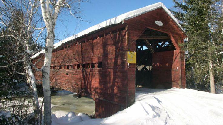 Le pont couvert de Saint-Placide-de-Charlevoix est construit en 1926. La construction de ponts constitue souvent la première étape d'un projet de nouvelle route. Ici, la route projetée n'a jamais été mise en chantier à la suite de l'édification du pont. Ce dernier ne donne donc accès qu'à quelques propriétés privées, en enjambant la rivière du Bras Nord-Ouest, dans la municipalité de Baie-Saint-Paul. Photo : Jean-François Rodrigue 2004 © Ministère de la Culture et des Communications