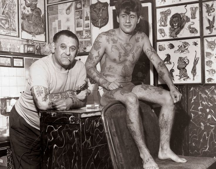 Les Skuse in his studio; Bristol, Great Britain (1960s) | 14 Truly Awesome Photos Of Tattoos Throughout History