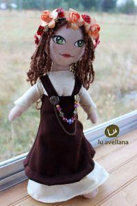 MANUALIDADES MUÑECA DE TELA – Vikinga con traje café muñeca confeccionada en género, con rostro pintado a mano. Traje inspirado en la edad media, estilo vikingo.