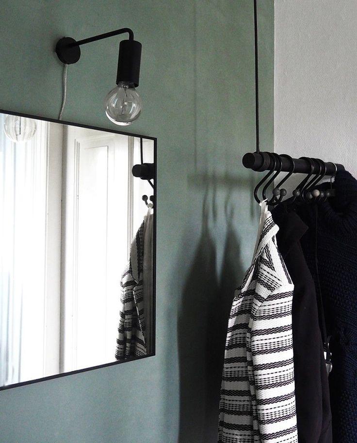Cool Vegglampe fra Frandsen er en vakker og stilren vegglampe med smal profil som vil kunne kle de fleste hjem med sin enkelhet og eleganse. Dette er en lampe som vil ta seg godt ut i en gang, over et speil eller på et soverom.