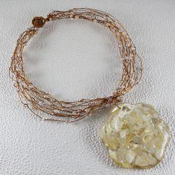 Ожерелье из медной проволоки, перламутра, стеклянных бусин