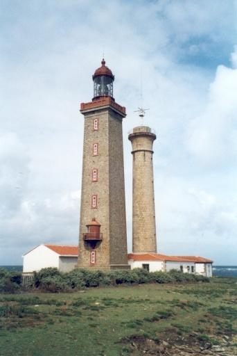 Atlantique - Phare du Pilier sur l'île du Pilier, Noirmoutier-en-l'Île (Vendée) - Coordonnées 47°02′35″N / 2°21′36″O - Feux : blanc à 3 éclats 20s
