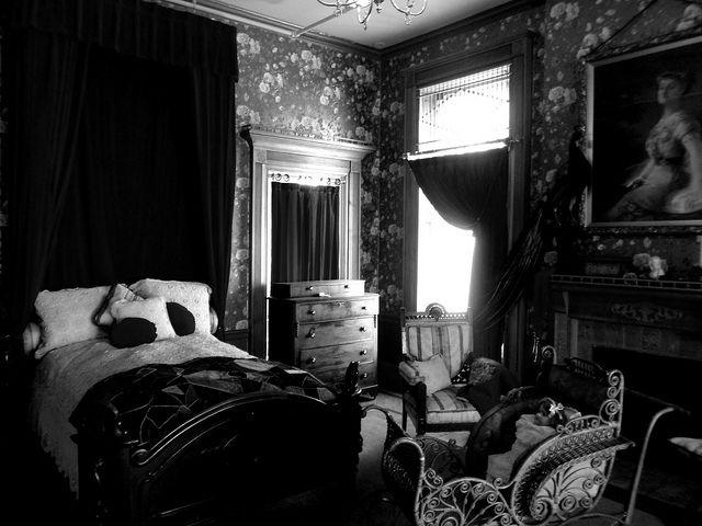 131 best images about victorian bedroom on pinterest for Dark victorian bedroom