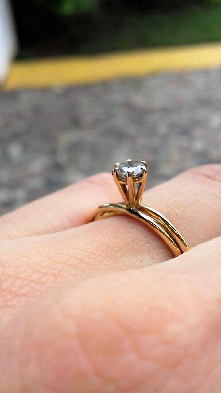 Anillo de compromiso solitario en oro amarillo de 14k con una montadura alta que sostiene un diamante corte redondo de 0.20 ctw,  VS1-VS2HG, el diamante es de excelente calidad y tiene dos bandas entrelazadas, construyendo el anillo perfecto.   *Disponible en todas las tallas  Precio antes $15,850 / Ahora $11,412  *Garantía de por vida *Certificados de autenticidad  *Incluye en diamante *Incluye caja y empaque de nuestra marca *Envíos 100% asegurados