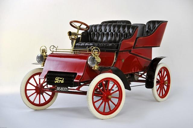 Una parte clave de la herencia de Ford Motor Company vuelve a casa cuando un Modelo A construido en 1903 se encuentra nuevamente con la familia Ford, dando inicio a la celebración anual del 150 aniversario del nacimiento del fundador de la empresa Henry Ford.