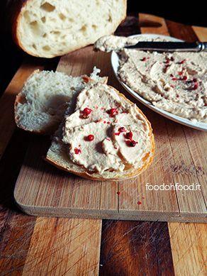 Panini con crema di tonno. uesta deliziosa mousse si crea semplicemente frullando burro o formaggio spalmabile di tipo Philadelphia con tonno, acciughe, capperi, mostarda e aceto balsamico.