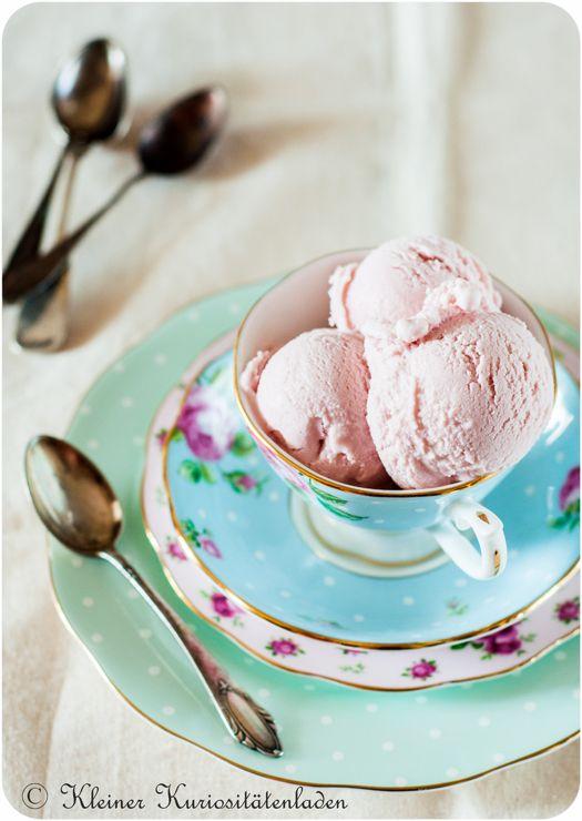 Zutaten  Sirup  130 g Grapefruitsaft  30 g Zucker  10 g getrocknete Hibiskusblüten  Eisbasis 20 g Maisstärke 180 g Vollmilch 60 g Sahne  50 g Zucker 50 g Invertzuckersirup 30 g Frischkäse 500 g türkischer Süzme Joghurt