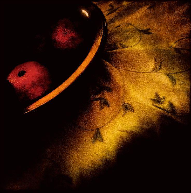Jean pierre delmur Des pommes sur une nappe brodée. Photo faite à l'i phone avec Hipstamatic.