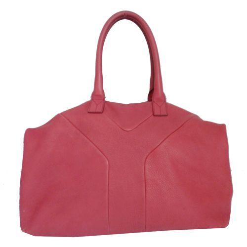 Ya te hemos contado lo mucho que se lleva el rosa esta temporada. En Look and Stop hoy te proponemos este bolso de Yves Saint Laurent en color frambuesa para alegrar tus looks de otoño #bolso #rosa #segundamano #YSL #moda #fashion