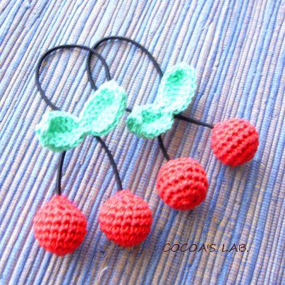 「編みさくらんぼのヘアゴム」布や糸のヘアアクセサリーは、危なくないので特に子ども用に向いているのではないかと思います。 今回は、かぎ針で編むさくらんぼモチーフのヘアゴムをご紹介。[材料]レース糸20番、または合細~中細の糸(赤系)/同上(緑系)/丸ゴム(細いもの)/赤系のアクリル毛糸/アクリル綿/手縫い糸